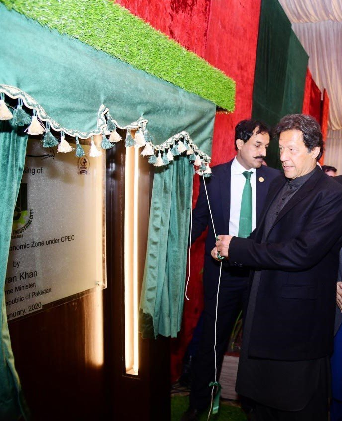 Prime Minister Imran Khan unveils a plaque of Faisalabad's Allama Iqbal Industrial City