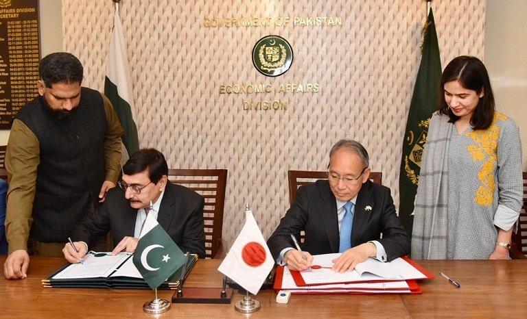 Dr Syed Pervaiz Abbas and Ambassador Matsuda Kuninori signing documents in Islamabad